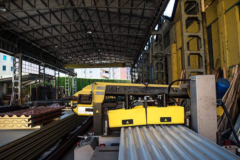 Area esterna del azienda con macchinari per lavorazione ferro e inox
